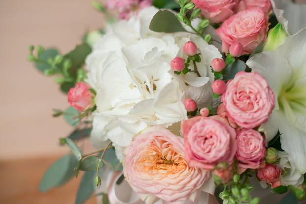 Amaryllis-Pflege: Blumenstrauß mit Ritterstern und Rosen