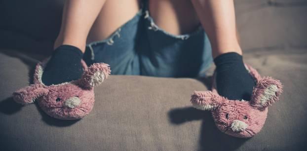 Kein Sexleben als Single - Alleinstehende erzählt: Frau mit rosa Tierhausschuhen