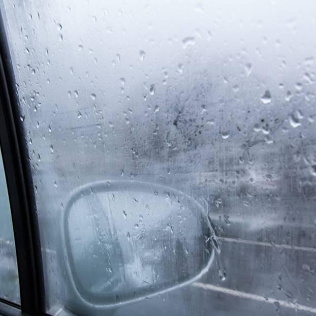 Feuchtigkeit im Auto - Beschlagenes Autofenster