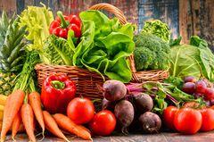 Korb voller buntem Gemüse