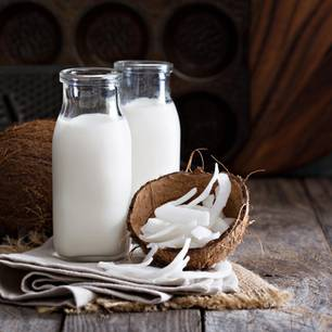 Kokosmilch: Kokosmilch in Glaskaraffen