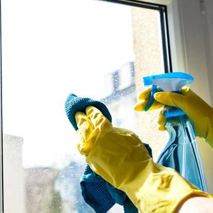 Fensterputzen in Handschuhen