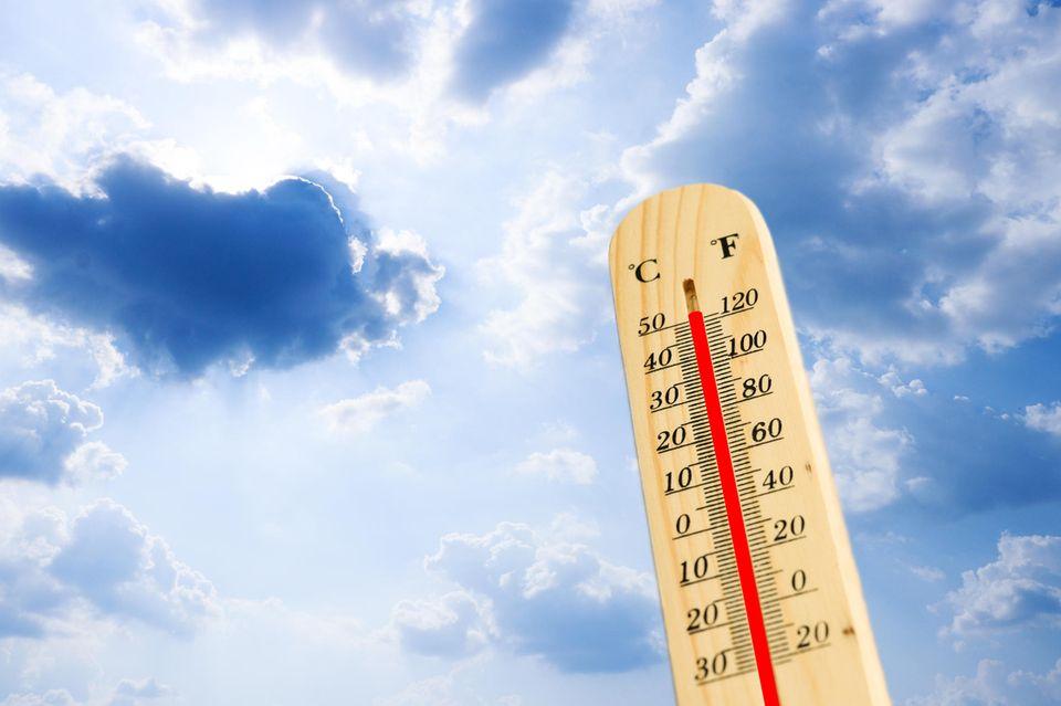 Thermostat vor Himmelshintergrund