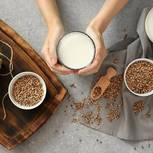 Hanfmilch: Hanfmilch neben Hanfsamen