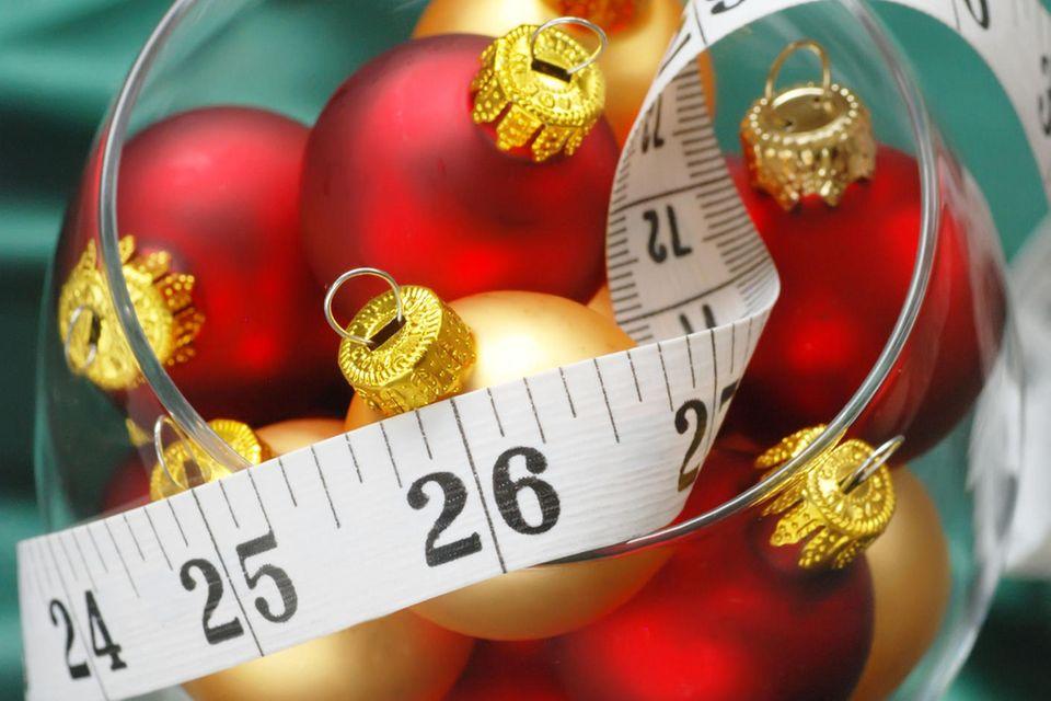 Zunehmen über Weihnachten vermeiden: Weihnachtskugeln mit Maßband