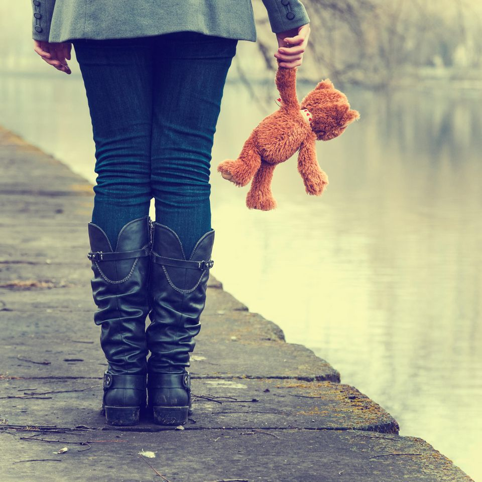Frau mit Teddy auf Steg