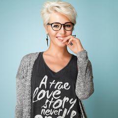 Frisuren mit Brille: Frau mit Kurzhaarschnitt