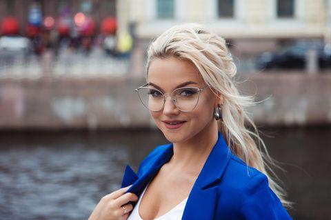 Frisuren mit Brille: Frau mit lockerem Pferdeschwanz