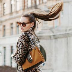 Frisuren mit Brille: Frau mit hohem PPferdeschwanz