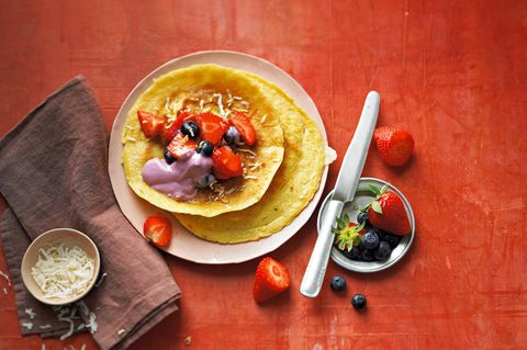 Kokos-Pfannkuchen mit Beeren