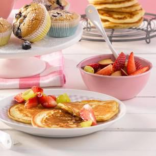 Pfannkuchen mit Ahornsirup und Obstsalat