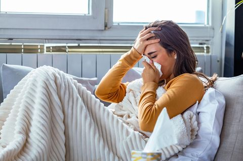 Verlauf einer Erkältung: Drei Phasen der Krankheit: Kranke Frau im Bett
