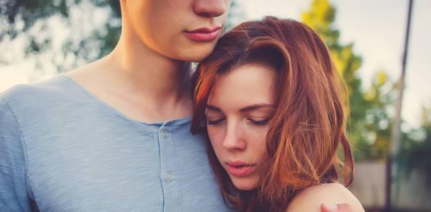 Beziehungsstörung: Pärchen umarmt sich