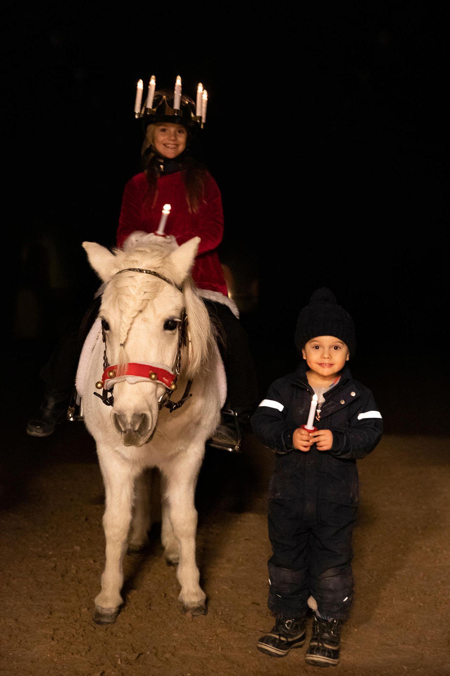 Royale Kinderfotos: Estelle und Oscar unterwegs mit Pony