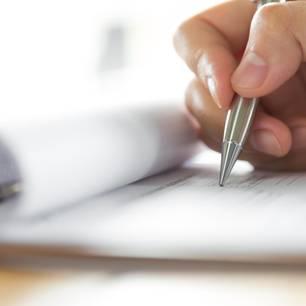 Perfekte Bewerbung: Bewerber schreibt Anschreiben