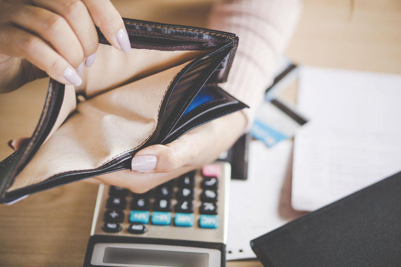 Am Existenzminimum leben - und es vertuschen: Frau mit leerem Geldbeutel