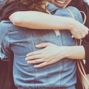 Dankbarkeit in Freundschaften - verlange ich zu viel?: Zwei Menschen umarmen sich