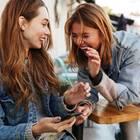 2 Frauen lachend im Cafe