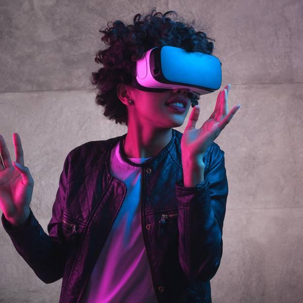 Frau mit VR-Headset