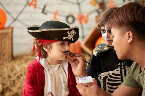 Als Pirat schminken: Junge wird als Pirat geschminkt
