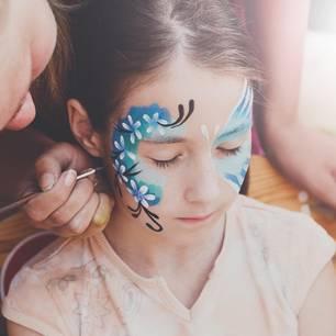 Als Schmetterling schminken: Mädchen wird geschminkt