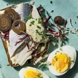 Belegtes Brot mit Hering, Ei und Senfcreme