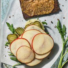Take-Away Pumpernickel-Sandwich