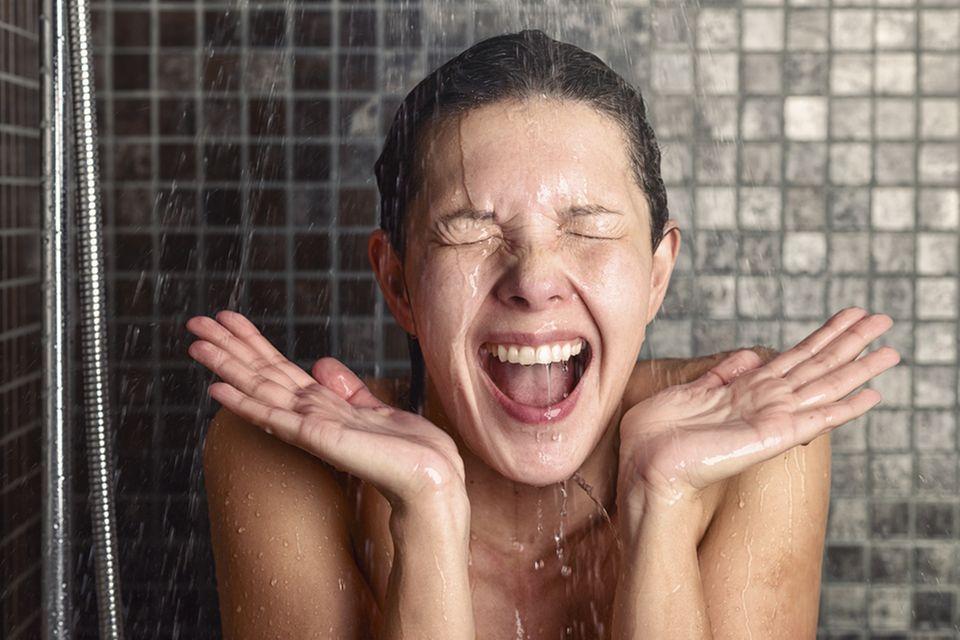 Deshalb solltet ihr euer Gesicht nicht unter der Dusche waschen: Frau unter der Dusche