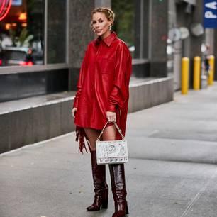 Trendfarben 2020: Frau im roten Kleid