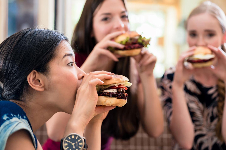 Cheat Day: Frauen essen Hamburger
