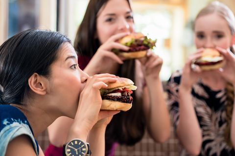 Cheat Day: Frauen essen Hamburger