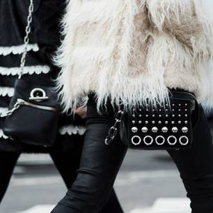 Silvester-Outfit: Zwei Frauen im Mantel