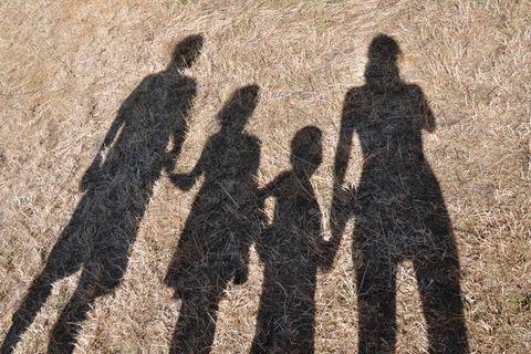 Co-Parenting: Schatten von Vater, Mutter und zwei Kindern
