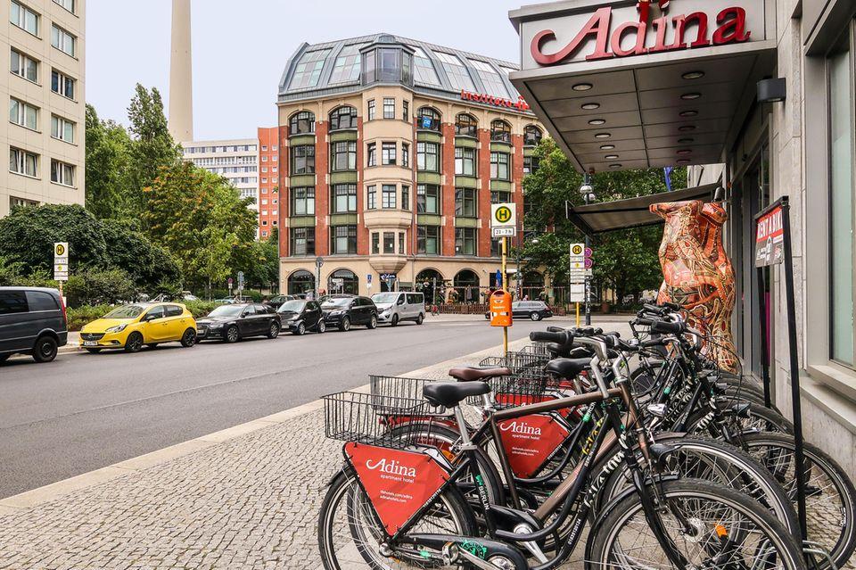 Hotel Adina Eingang und Leihräder