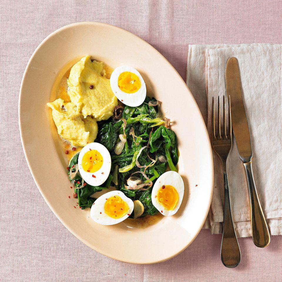 Wachsweiche Eier mit Spinat und Polenta