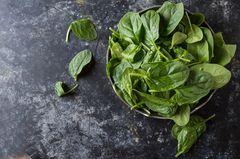 Spinat kochen: Frischer Spinat in einer Schüssel