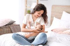 Abstillen: Frau stillt Baby