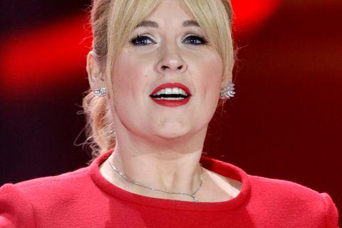 Maite Kelly im roten Kleid
