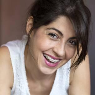Zahnspangenmodelle: Frau mit Zahnspange