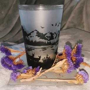 Mit einer Berglandschaft bedruckte Kerze