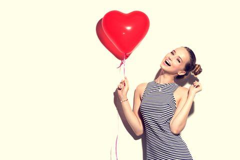 Frau mit herzförmigem Ballon