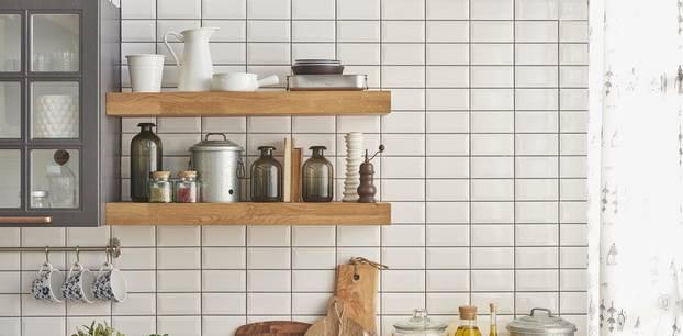 Gewürzregale in moderner Küche