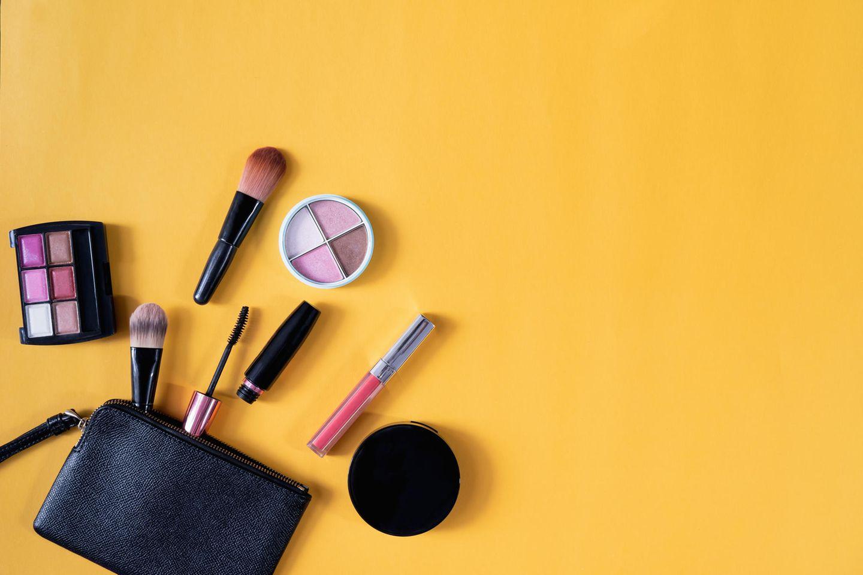 Make up auf gelbem Untergrund