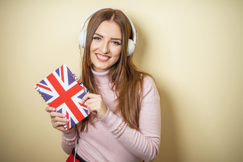 Frau hält Notizheft mit Großbritannien-Flagge