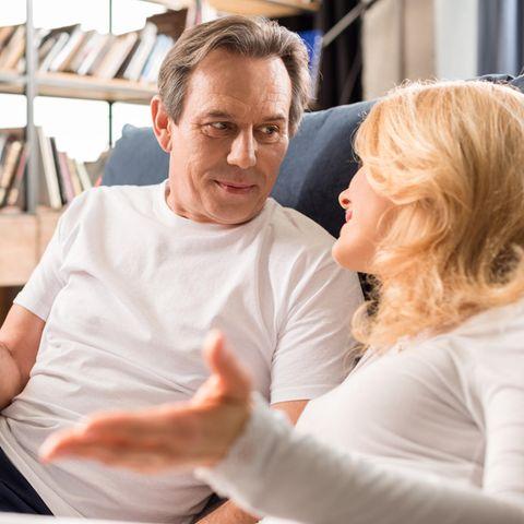Partner finden: Mittelaltes Paar unterhält sich auf dem Bett