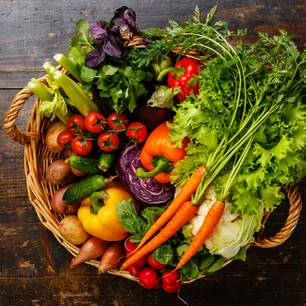 Korb voll frischem Gemüse