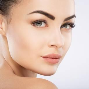 Augenbrauen wachsen lassen: Frau mit schönen Augenbrauen