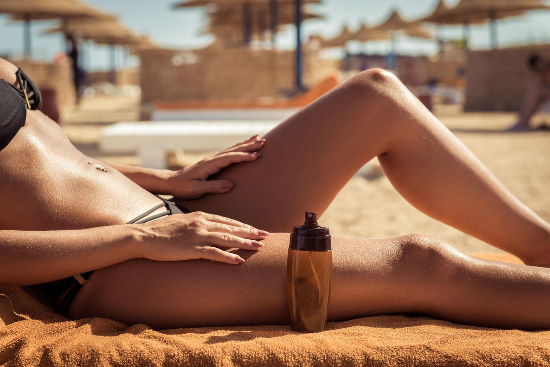 Frau sonnt sich am Strand