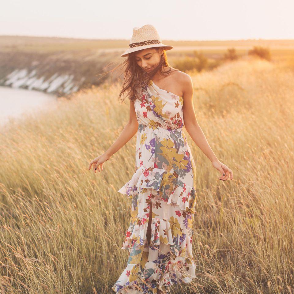 Frau in Sommerkleid auf Wiese