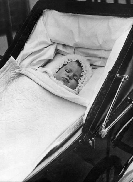 Queen Elizabeth II.:  im Kinderwagen